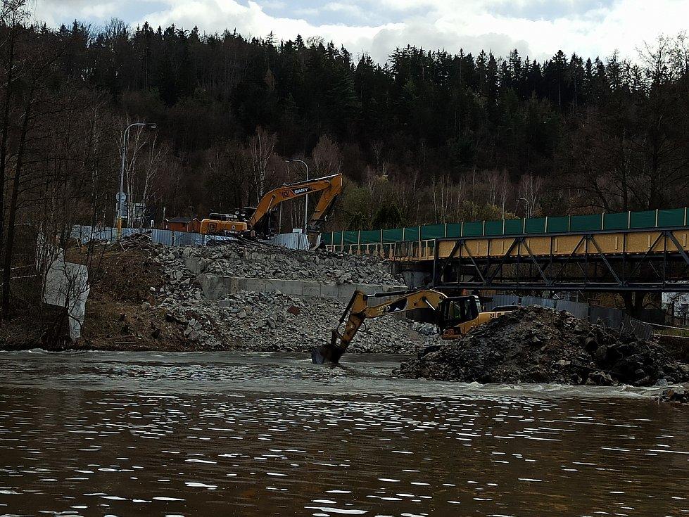 Demolice Dvorského mostu postoupila do další části - most už je tak kompletně zbourán. Bagry v současnosti rozebírají poslední zbytky pilířů přímo v řece. Nový most má být hotový na konci letošního roku.