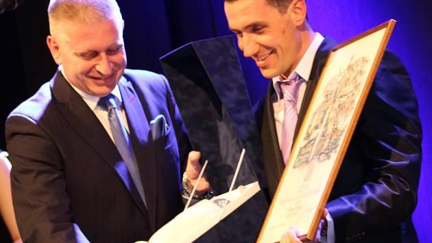 Hejtman Martin Havel předává cenu nejlepšímu sportovci kraje, běžci na lyžích Petru Novákovi.