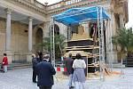 Jak vzniká socha Karla IV. z písku v nadživotní velikosti...