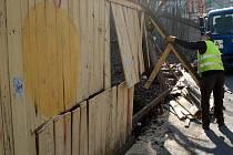 """Po čtvrtstoletí začali dělníci odstraňovat starou ohradu kolem karlovarského """"kamenolomu""""."""
