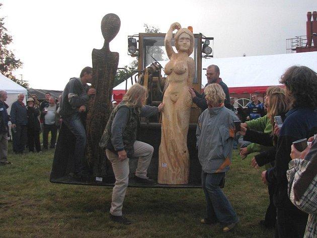 Minulý ročník sympozia. V Abertamech se konalo minulý rok řezbářské sympozium, na kterém řezbáři vyráběli sochy. Letos se bude konat komornější akce – přehlídka lidových řemesel. K sympoziu se chtějí Abertamští vrátit příští rok.