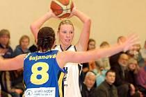 V dalším kole baksetbalové ligy žen přivítaly hráčky karlovarské Lokomotivy (v bílém) na své palubovce úřadujícího mistra ligy ZVVZ USK Praha (v modrém)
