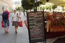 Vyberte si. Mladí lidé, které azbuka neláká, si v této restauraci z nabízených jídel vyberou jen stěží. To jsou Karlovy Vary...