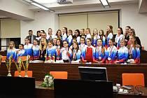 Úspěšní členové tanečního souboru byli přijati na radnici vedením města Ostrova.