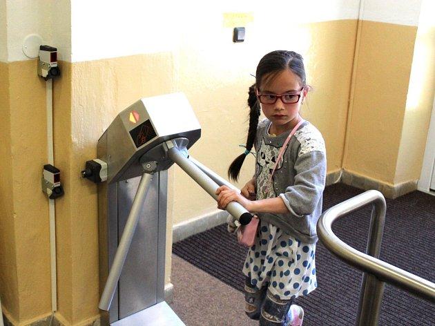 Žáci a učitelé mají vstup na čip. Pokud někdo do budovy vejde bez ohlášení, do několika vteřin je u něj někdo ze zaměstnanců. Chodby jsou totiž prošpikovány kamerami.