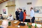 Setkání vedení města Karlovy Vary se starosty 15 obcí.