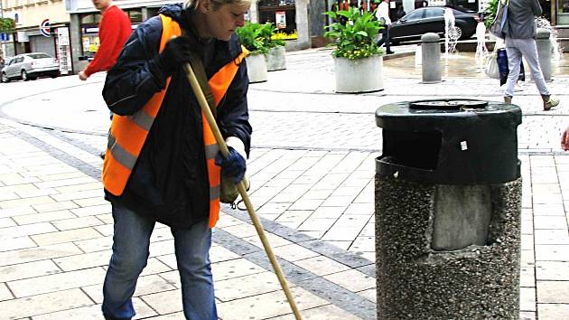 Bez lidí, kteří se starají o úklid, by nemohly obce a města existovat. Karlovy Vary jich potřebují desítky