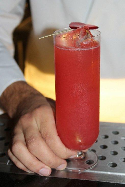 Červený koktejl.