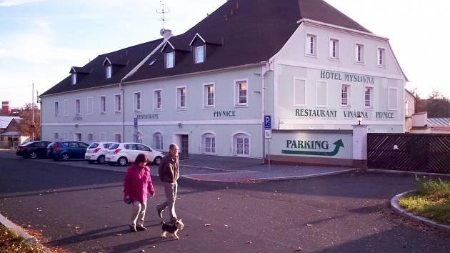 Ostrovské zastupitelstvo rozhodlo, že město koupí hotel Myslivna.