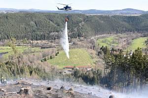 Hasiči zasahovali u požáru lesa, povolat museli vrtulník