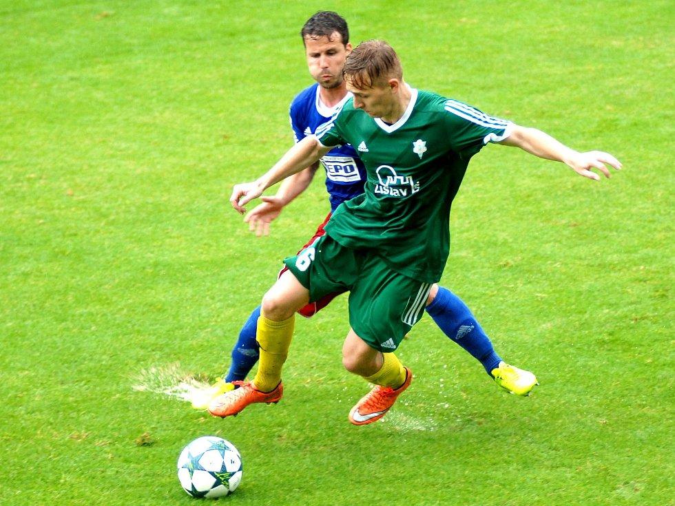 Karlovarští Buldoci (v zeleném) podlehli Motorletu Praha 2:3 po pokutových kopech. Utkání ovlivnila průtrž mračen.