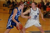 TŘETÍ NEJLEPŠÍ střelkyní Lokomotivy byla v dalším utkání basketbalové Trocal ŽBL se Strakonicemi Šárka Kučerová (v bílém).