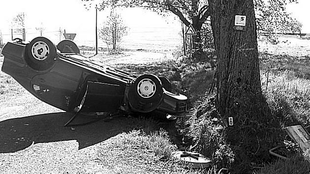 Mladík převrátil auto na střechu