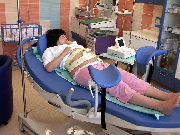 Porod v komfortním prostředí. Nemocnice Ostrov poskytovala rodičkám po modernizaci porodních sálů maximální pohodlí, vysoce odbornou péči a klid. Ilustrační foto.