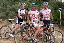Karlovaráci na Sardinii. Zleva stojí Irena Klingorová, Pavel Santo a Tomáš Eberl.