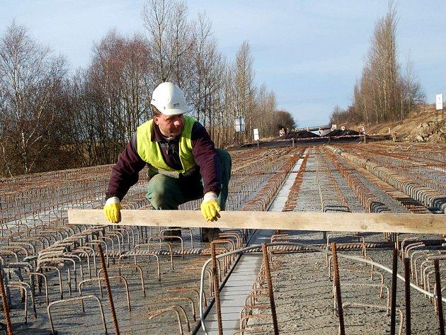 Most přes Tašovické údolí (na snímku) opravují silničáři už od minulého roku. Díky mimořádně teplé zimě bude řidičům zřejmě sloužit o něco dříve, než se plánovalo.
