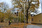 U Základní školy Dukelských hrdinů v Karlových Varech se dokončuje první část víceúčelového hřiště.