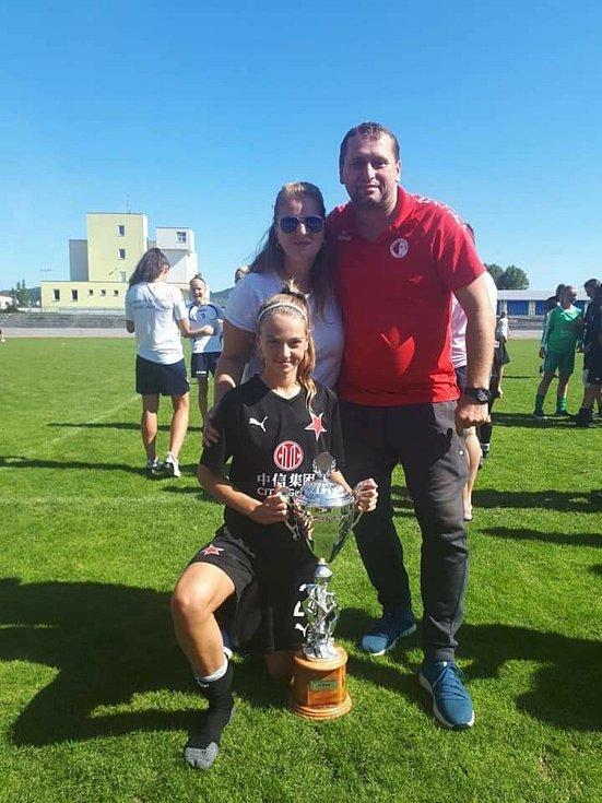 Hned na dvou frontách bojuje úspěšně za velké podpory své rodiny talentovaná sportovkyně Barbora Kadlecová, která sbírá nejen atletické, ale fotbalové úspěchy.