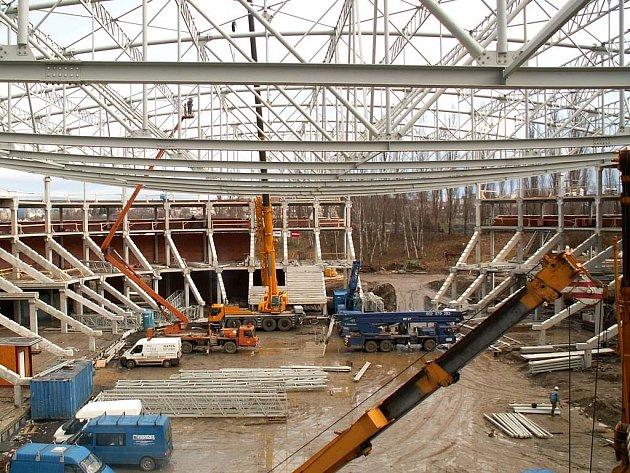 Stavba haly pokračuje.
