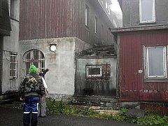 Krádež měděných plechů ze střechy chátrajícího hotelu na Klínovci