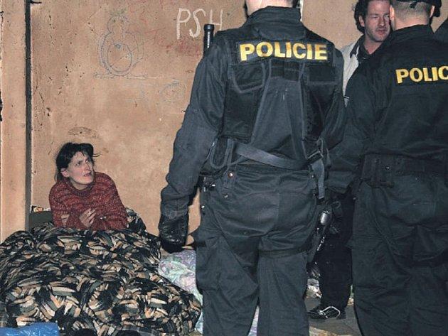 V Ostrově se policisté soustředili i na místa, na nichž se soustřeďují bezdomovci.