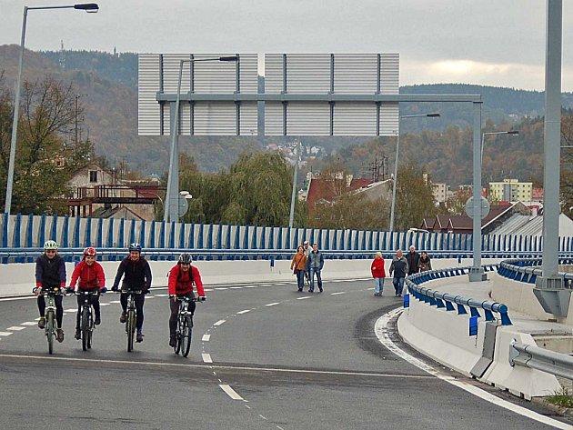 Možnosti projet se po dokončované druhé polovině průtahu, nebo si ji projít pěšky, využily v sobotu stovky Karlovaráků.
