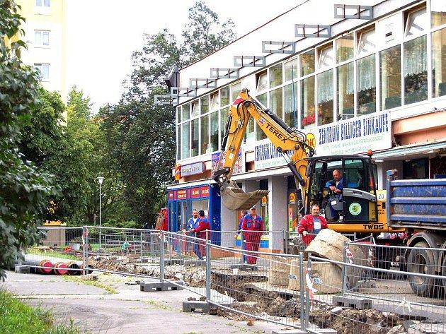 PRACUJE SE. V Tuhnicích je nyní živo, protože se zde rekonstruuje horkovod. Práce omezily nejen pohyb chodců, ale také parkování.