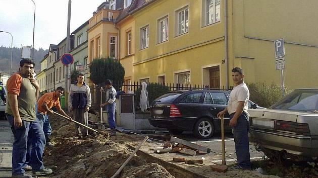 JAK K AUTU? Dělníci provedli i výkop před parkovištěm, kde jsou místa pro vozíčkáře. Podlážku přes jámu ale nedali.