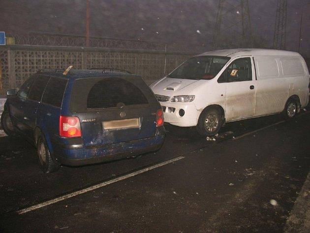 Řidič VW Passat (vůz vlevo) sice za nehodu u elektrárny Tisová nemohl, ale v jeho neprospěch hrál fakt, že policisté naměřili v jeho dechu 0,66 promile alkoholu.