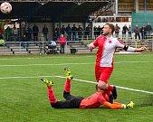 Duel plný zvratů měl pro fotbalisty karlovarské Slavie hořký konec, když nestačili na Benešov, kterému podlehli 3:4.