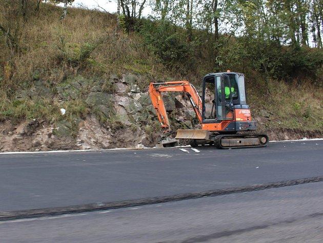 Práce na silnici R/6 u Žalmanova.