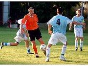 V utkání Toužimi (v oranžovém) s Vintířovem (v modrém) padlo celekm jedenáct branek. Nakonec se z výhry 7:4 radovali hráči Toužimi