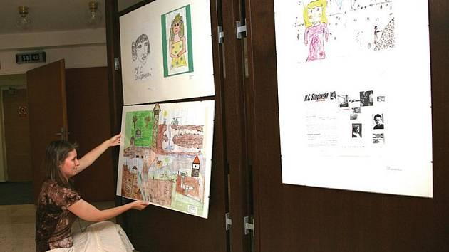 """Do poloviny června mohou návštěvníci lázeňského domu Curie obdivovat díla mladých výtvarníků, kteří se zapojili do soutěže """"Madam Curie objevuje Jáchymov."""""""