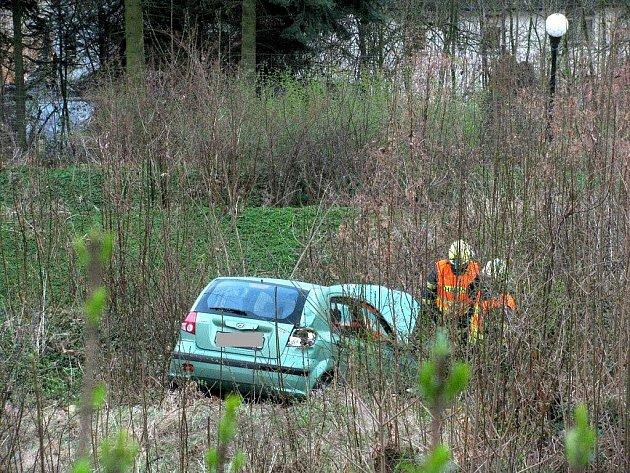 Z patnáctimetrového srázu v karlovarské ulici Na Vyhlídce se zřítil osobní automobil