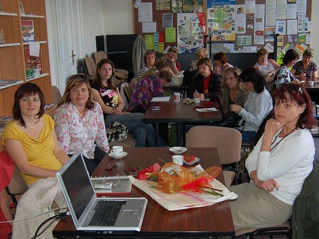 Pedagogické a vzdělávací centrum Karlovarského kraje včera poskytlo své prostory pro odbornou besedu švédských a karlovarských učitelek z mateřských škol. Ty si sdělovaly své zkušenosti a dozvídaly se zajímavosti.