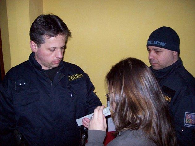 Hned dvě kontrolní akce Policie ČR se konaly o tomto víkendu. Policisté kontrolovali diskotéky a restaurace, testovali řidiče, zda před jízdou nepili alkohol, a zaměřili se i na kontrolu míst se zvýšeným výskytem trestné činnosti.