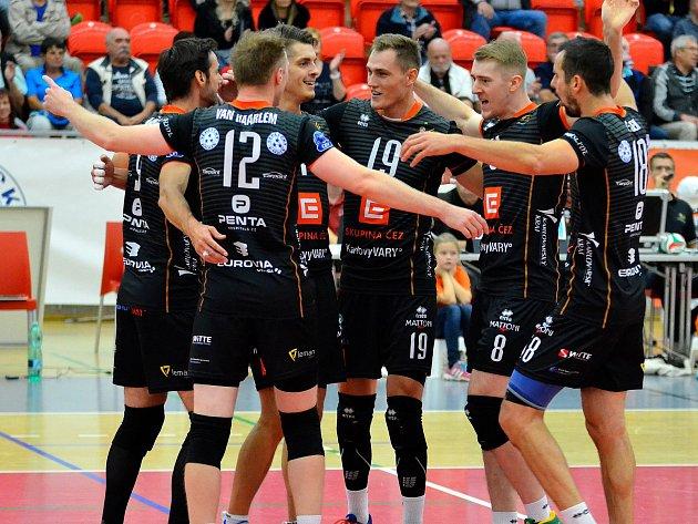 Volejbalisté VK ČEZ Karlovarsko (v černém) obstáli i v domácí extraligové premiéře, ve které porazili českobudějovický Jihostroj (v červeném) 3:1 na sety.