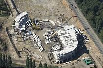 Letecký pohled na rozestavěnou multifunkční halu.