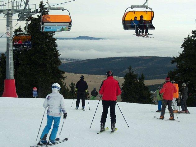 Počasí lyžování příliš nepřeje, přesto je řada skiareálů alespoň částečně v provozu. Nejvíce sjezdovek je k dispozici na Klínovci.