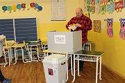 Jedna z volebních místností, kde občané Karlových Varů hlasovali v prvním místním referendu byla i v Základní škole Dukelských hrdinů.