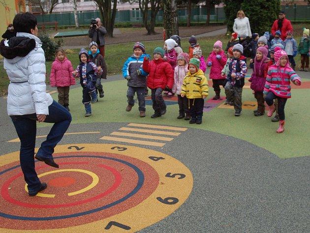 Děti v mateřských školách v Tuhnicích mají nové hřiště a brouzdaliště.