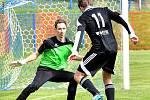 Nejdek (v černém) dosáhl na půdě Nové Role na výhru 5:0.