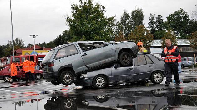 Cvičení hasičů ve vyprošťování osob z havarovaných aut