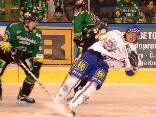 Kapitán Energie Václav Skuhravý a obránce Tomáš Schmidt sestřelili jednoho z protivníků.