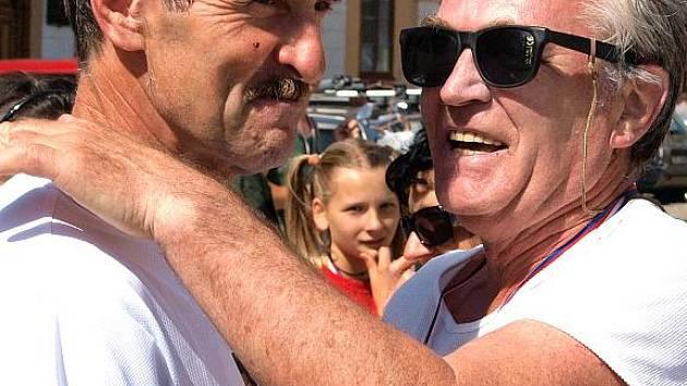 Se symbolickým číslem 500 úspěšně dokončil loketský závod 66letý Karlovarák František Bálek, kterému na snímku blahopřeje hlavní pořadatel závodu Olda Dvořák.