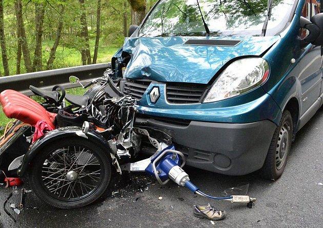 Ve čtvrtek 2. června večer došlo na silnici mezi Bečovem a Mariánskými Lázněmi ke střetu motorky se sidecarem a dodávkou. Motorkář zemřel.
