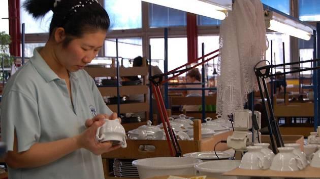 Dekorování porcelánu. Zaměstnanci dalovické firmy Epiag Lofida si na nedostatek práce nemohou stěžovat. O bohatě zdobené výrobky mají zájem v tuzemsku, Rusku, USA, Singapuru i Řecku.