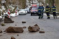 Sesuv půdy zkomplikoval dopravu na silnici mezi Karlovými Vary a Kyselkou. Kameny museli odstranit hasiči - lezci