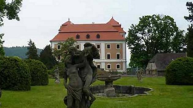 Jedním z oblíbených výletních míst je zámek ve Valči.