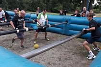 V Karlových Varech-Počernech se konal turnaj v lidském stolním fotbale, Lomihnát.